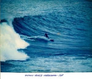 Antonio en la primera ola que se cogió en Karramarro, entre Zarautz y Getaria, en 1978. Foto: Rafael Muguiro, Milón.