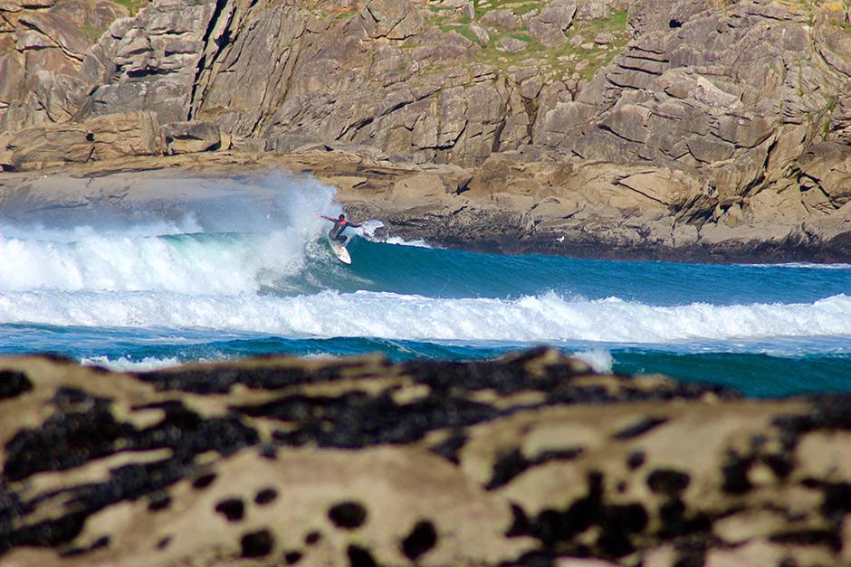 Luís Ansín es otro de los surfistas gallegos a los que parece no importarles mucho el cambio de sur a norte… Foto: Nacho Ansín