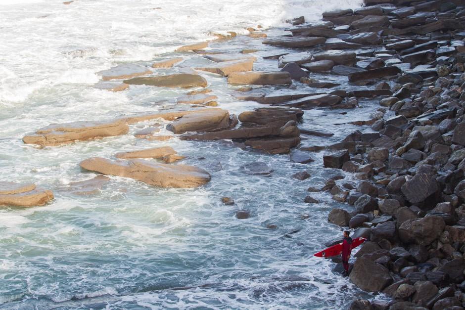 Indar Unanue se ha pasado todo el día esperando un posible baño en Playa Gris. Finalmente no lo ha visto motivador y se ha echado en Roka Puta. Foto: Pacotwo