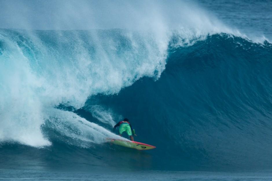 Wiggoly_Dantas en una de las olas del día en Pipe. Foto: Ben Reed