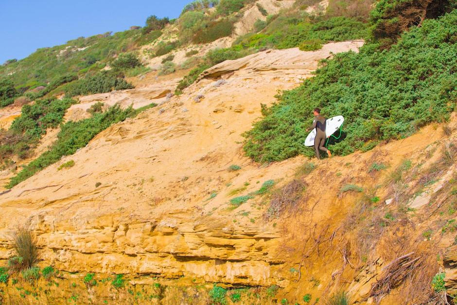 Eneko Acero es un enamorado de la costa gaditana, donde olas como Yerbabuena le van como anillo al dedo. Foto: Jim Kenen