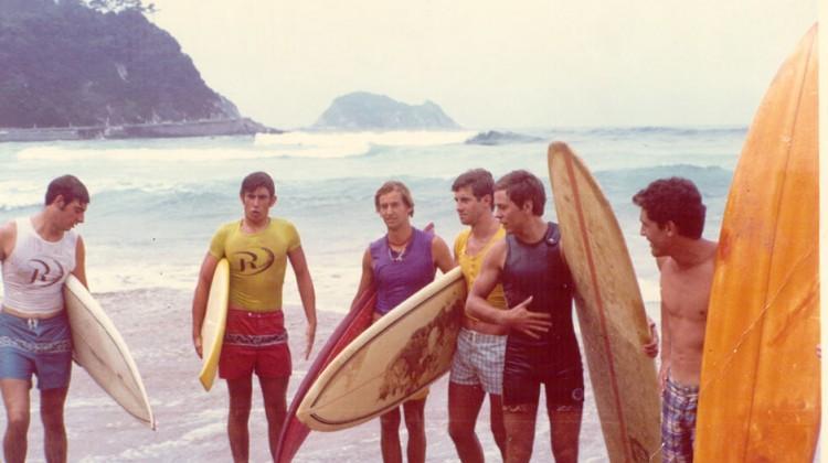 Foto-Archivo-Eizmendi_Surfers-en-Zarautz-1971_lr