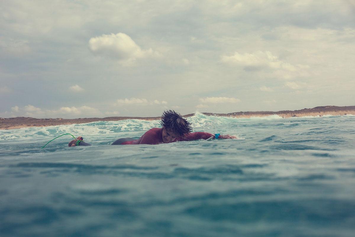 Iker Amatriain sintiendo el agua salada. Foto: Pacotwo