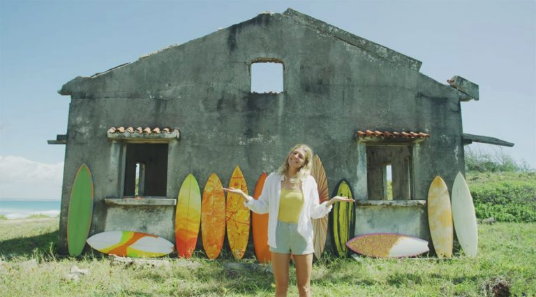The-Electric-Acid-Surfboard-Test-con-Stephanie-Gilmore