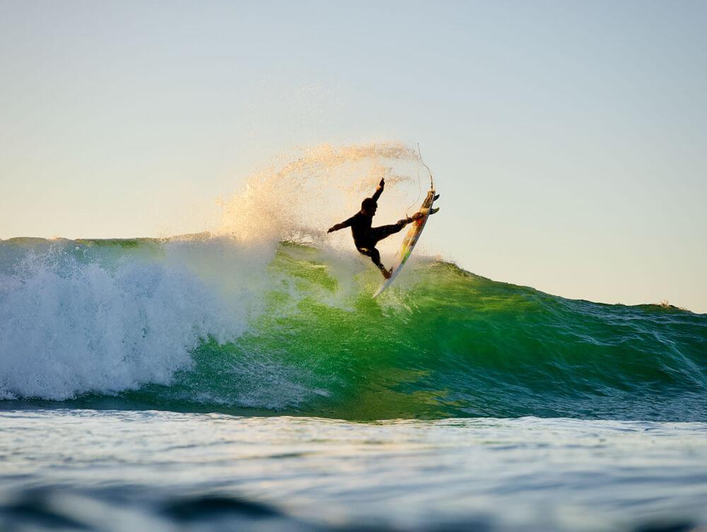 Jesse Mendes sacando las quillas a volar en un sunset epico por Francia.