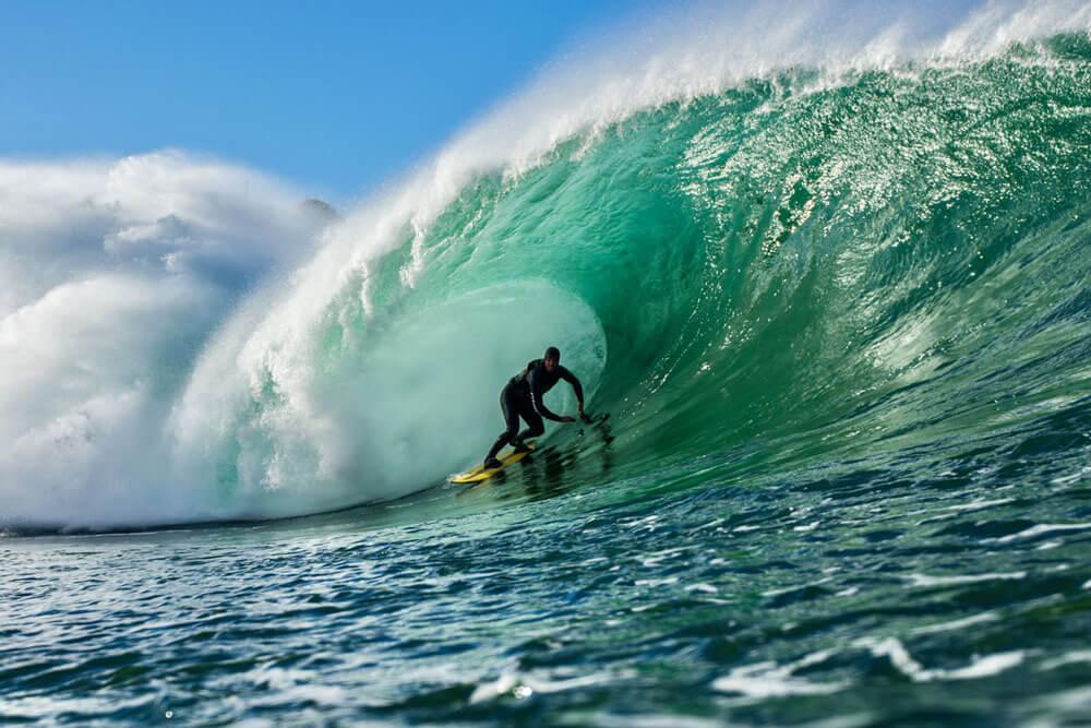 Adrian Fernandez saliendo de un tubo perfecto en la costa vasca.