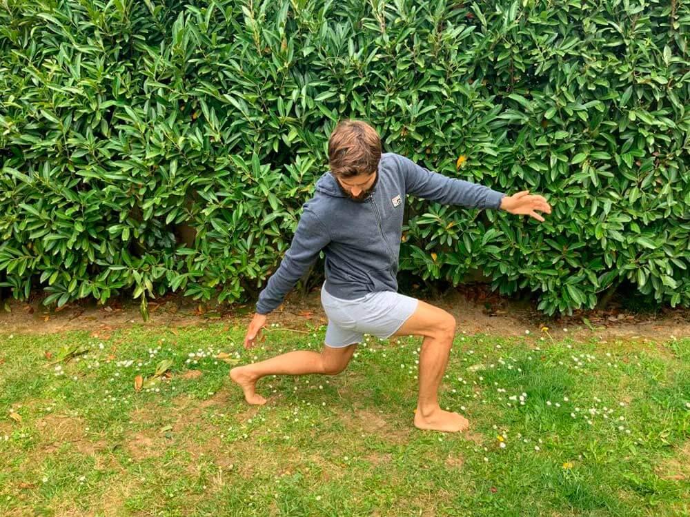 xabi sanchez entrenando en casa surf margruesa estiramiento